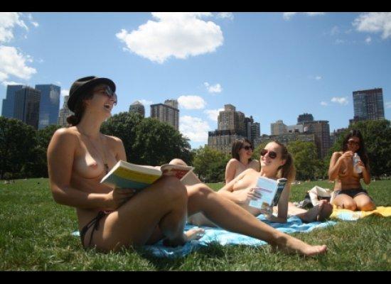 Женщинам Нью-Йорка официально разрешили гулять топлесс