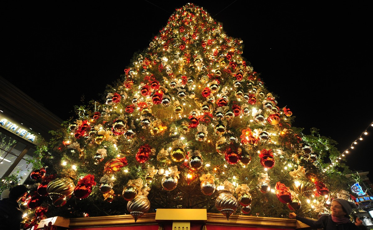How to decorate tall outdoor christmas tree - Christmas Trees The World Lights Up For The Festive Season Photos