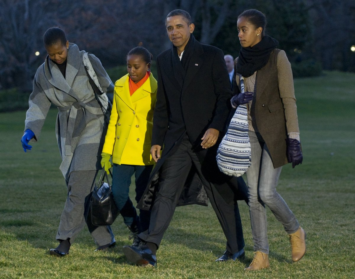 Images Obamas End Hawaii Trip, Return To Chilly Washington D.C. In Bright Winter Gear (PHOTOS) 1 obama home from vacation