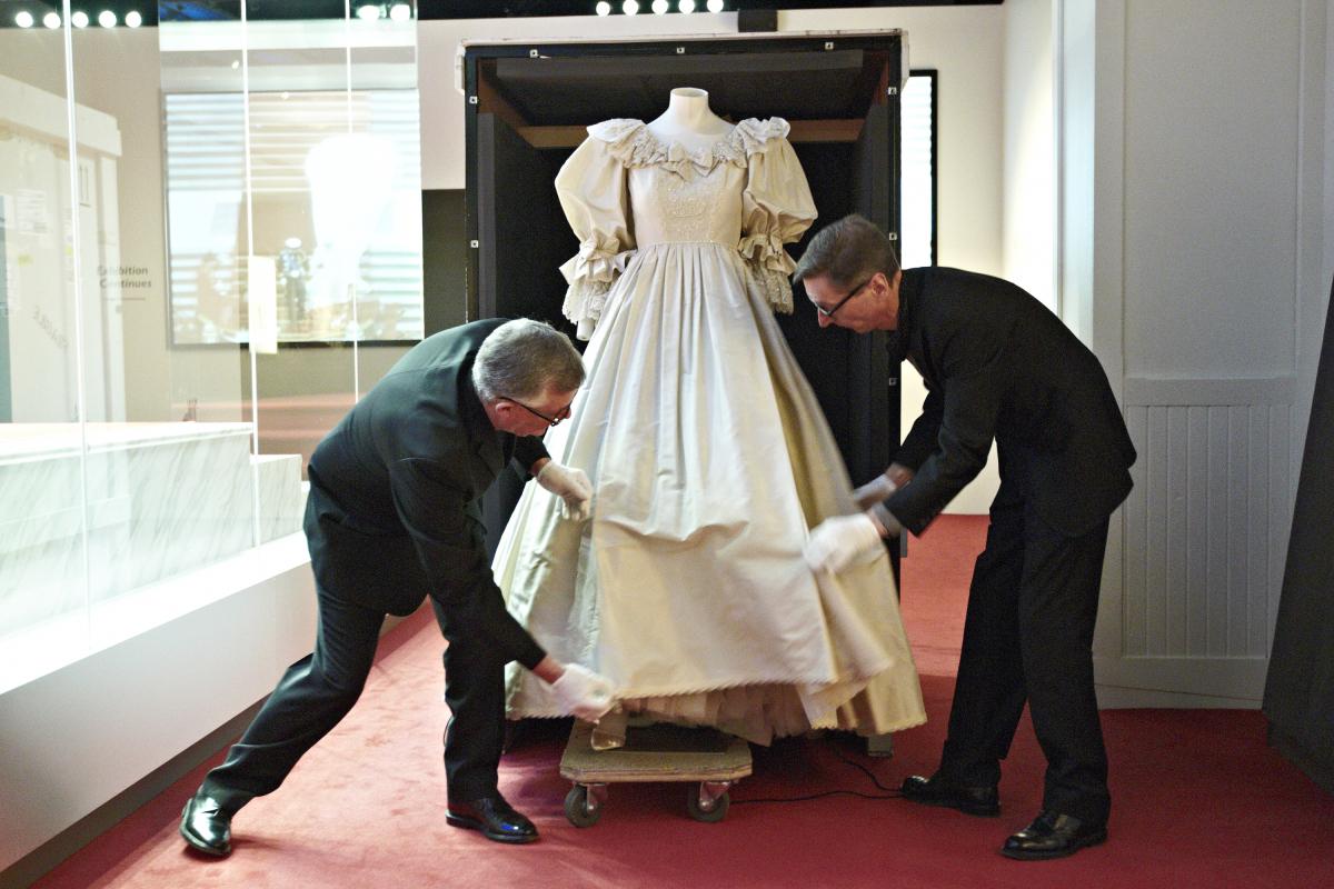 Princess diana wedding dress exhibit debuts in minnesota 39 s for Wedding dresses mall of america