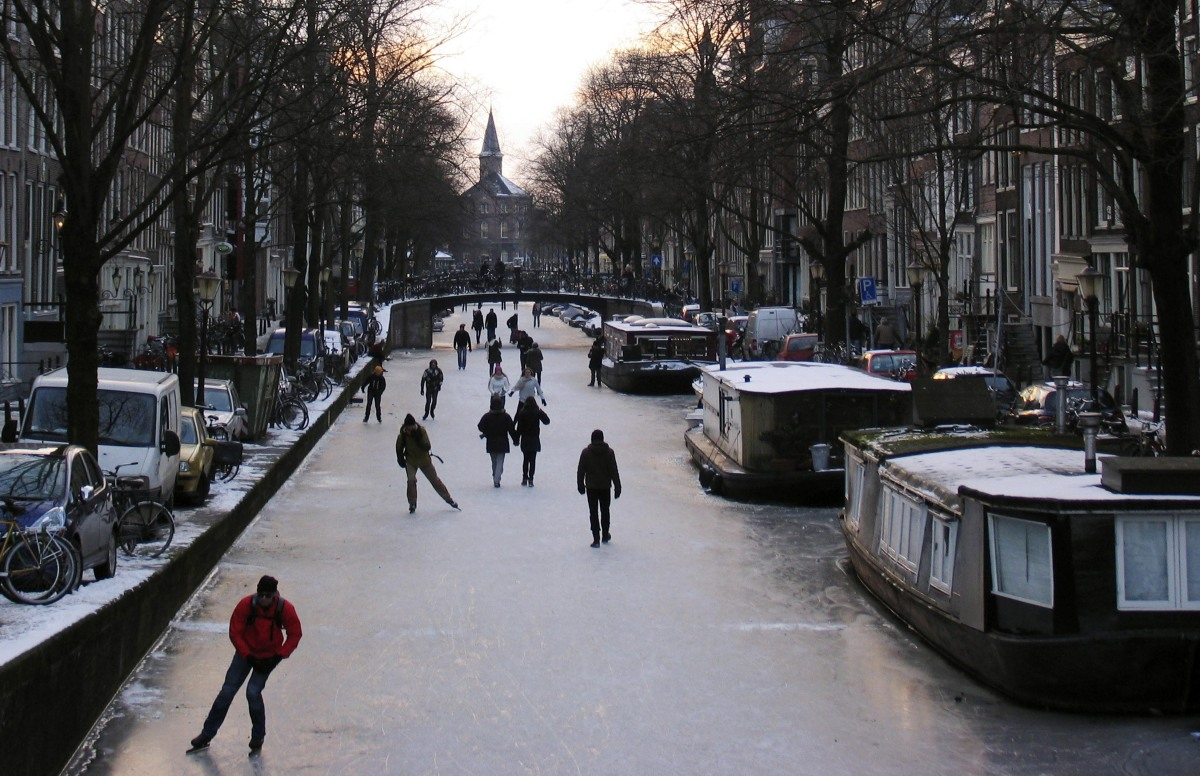 amsterdam canals freeze solid turning city into impromptu. Black Bedroom Furniture Sets. Home Design Ideas