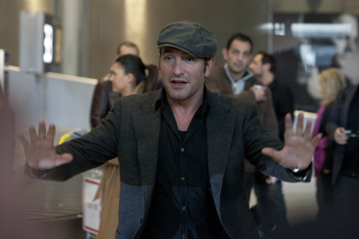 Jean dujardin 39 the artist 39 star mobbed in paris as he for Edition dujardin