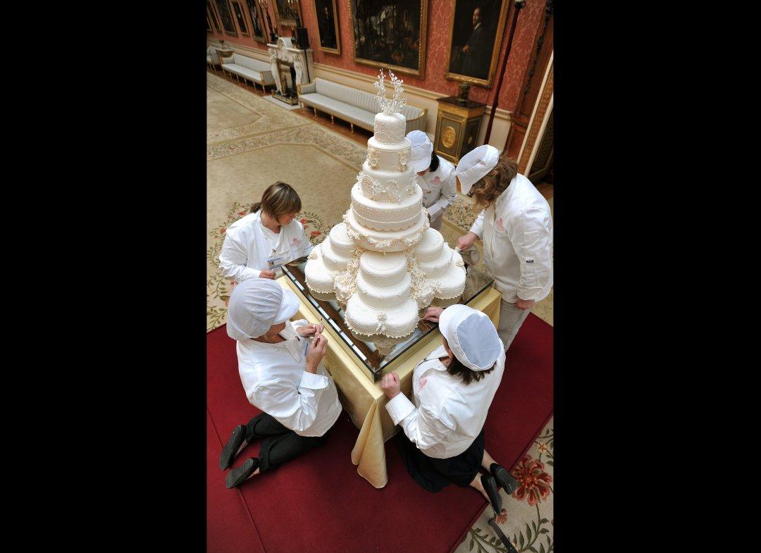 Royal Wedding Cake 8 Tiers & 900 Flowers PHOTOS