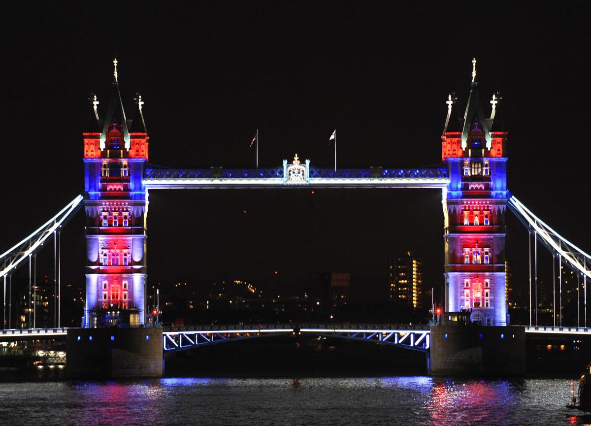 Diamond jubilee decorations tower bridge lights up as london gears up to host 39 a summer like no - Pont de lit ...