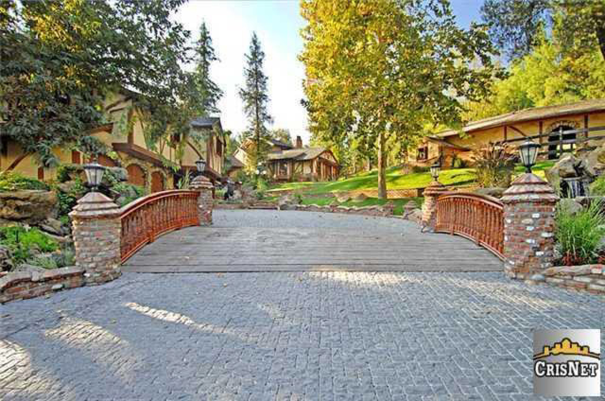 Drake 39 s house hip hop star buys party pad in hidden hills for Drake homes