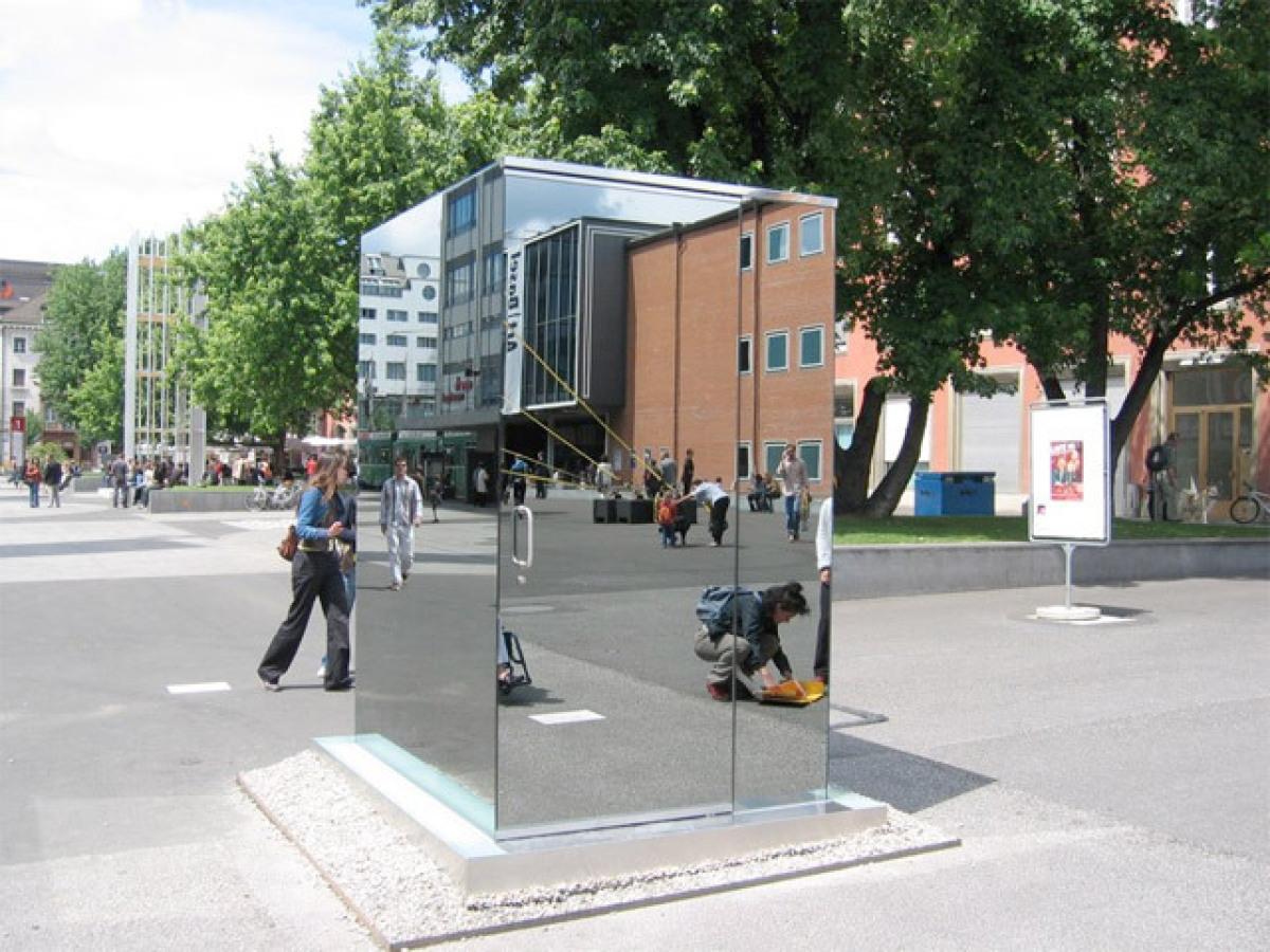 Baño Invisible Japon:Esta idea del cuarto de baño, fue primero instalada cerca del museo