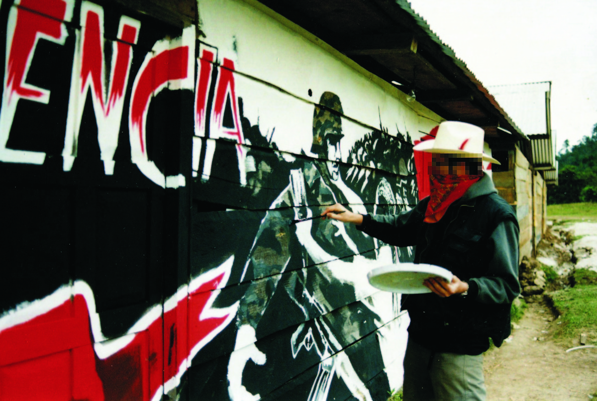 Photos emerge of a young masked banksy painting a mural for Club de suscriptores mural