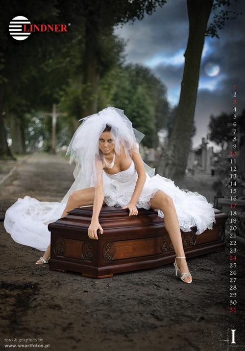 Un calendrier dans lequel des filles dénudées posent sur des cercueils fait polémique Slide_261115_1717903_free
