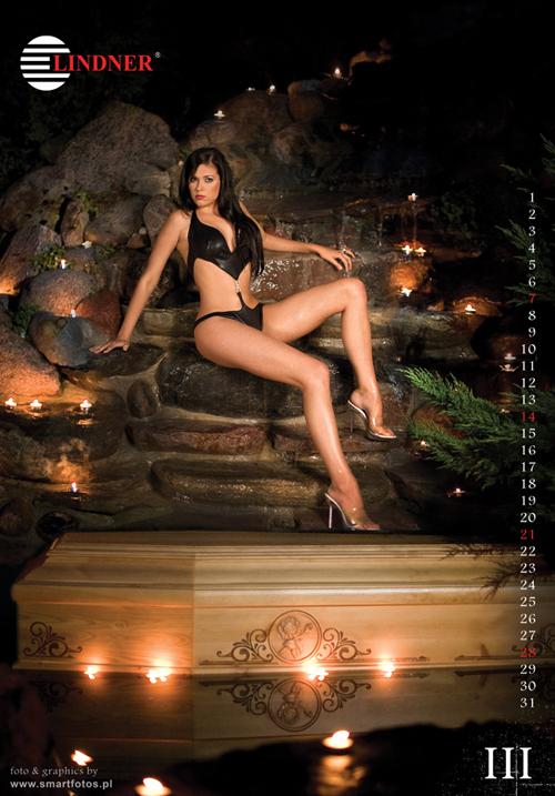Un calendrier dans lequel des filles dénudées posent sur des cercueils fait polémique Slide_261115_1717904_free