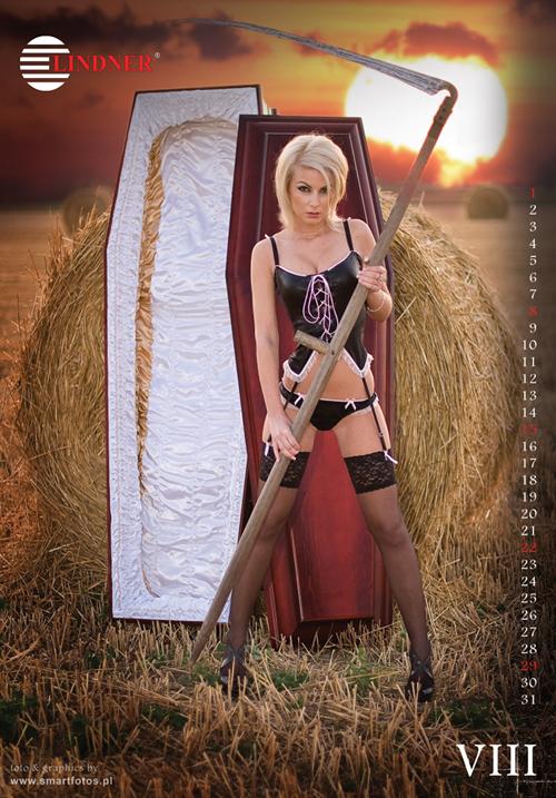 Un calendrier dans lequel des filles dénudées posent sur des cercueils fait polémique Slide_261115_1717907_free