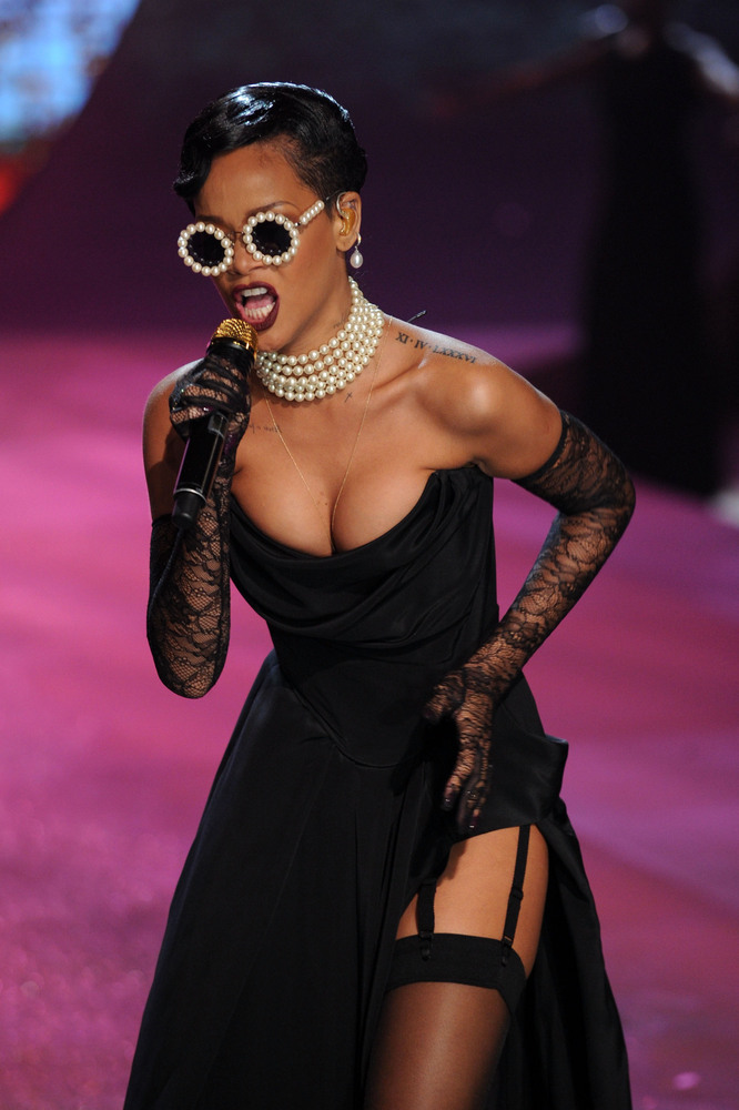 Victoria's Secret Show 2012: Rihanna Poses Topless In Sexy ...