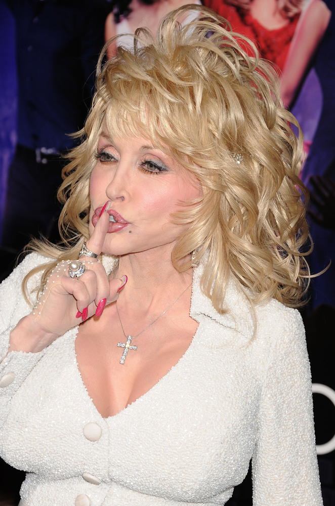 """... """": Legendary Dolly Parton just loves talking about her bosom (LOOK"""