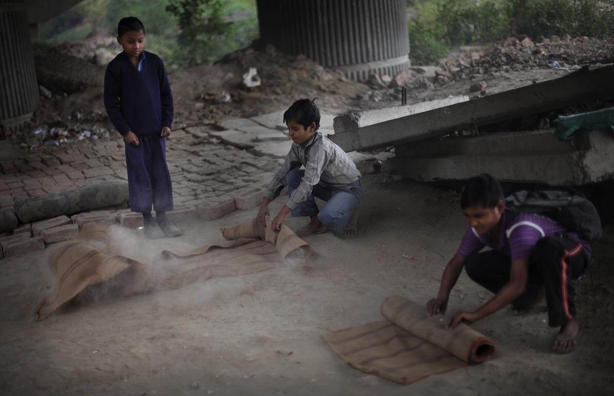 العــِلمُ نـُــــــــــور أطفال الفقراء فالهند يدرسون الميترو) slide_267330_1832886