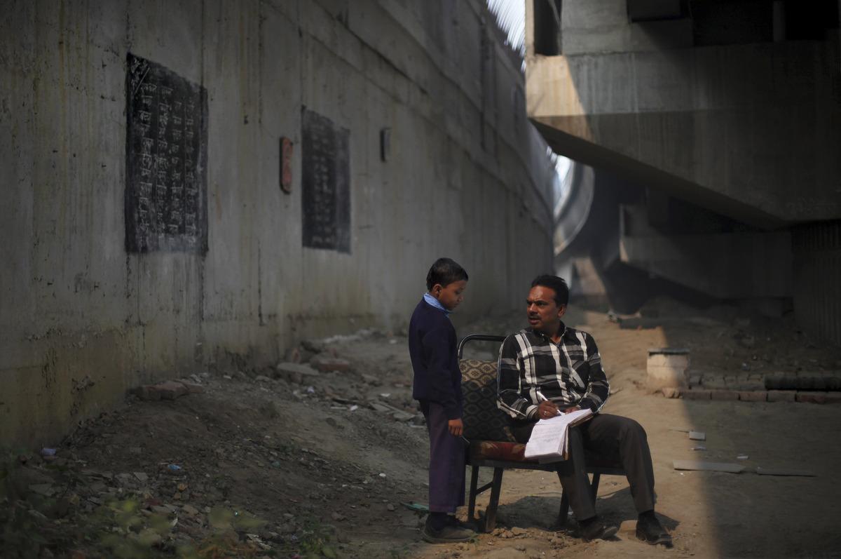 العــِلمُ نـُــــــــــور أطفال الفقراء فالهند يدرسون الميترو) slide_267330_1832888
