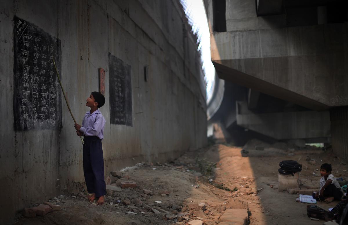 العــِلمُ نـُــــــــــور أطفال الفقراء فالهند يدرسون الميترو) slide_267330_1832908