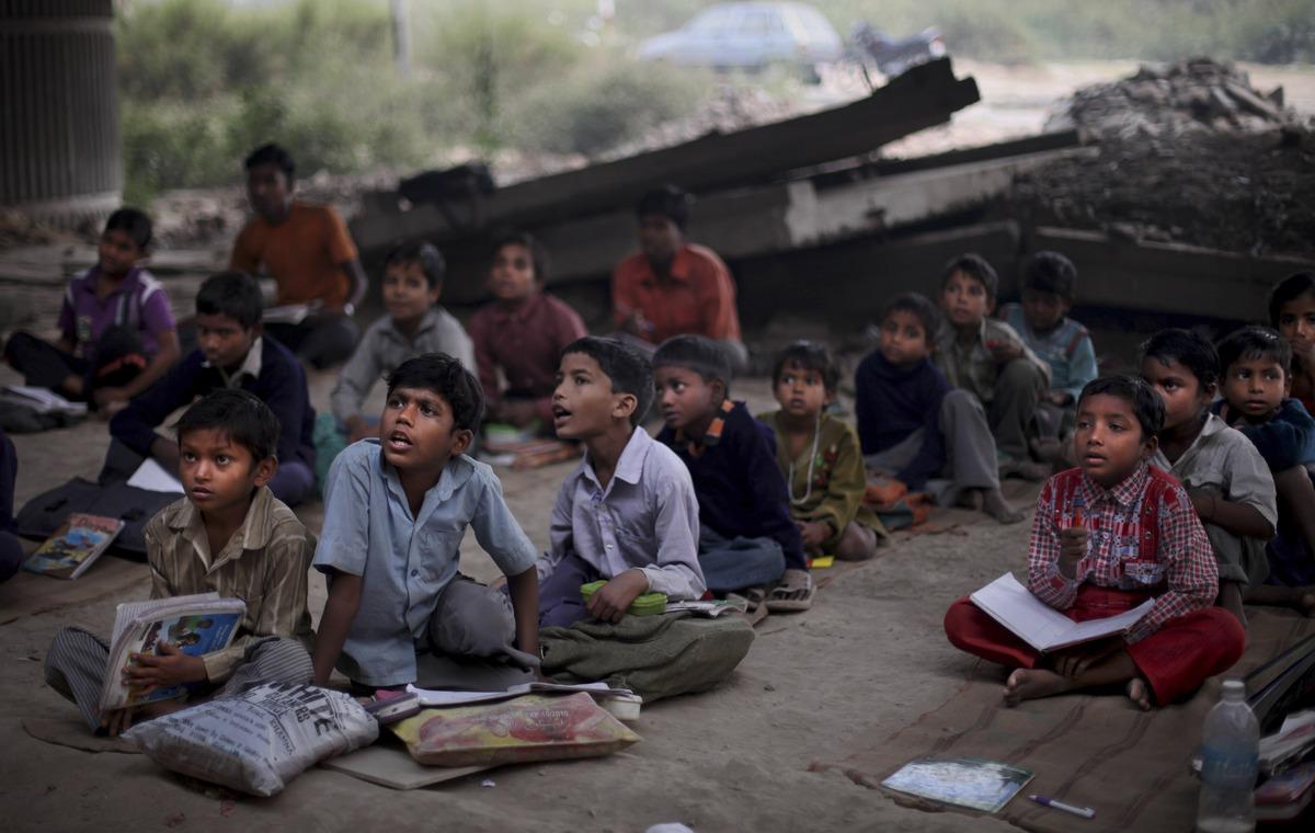 العــِلمُ نـُــــــــــور أطفال الفقراء فالهند يدرسون الميترو) slide_267330_1832915