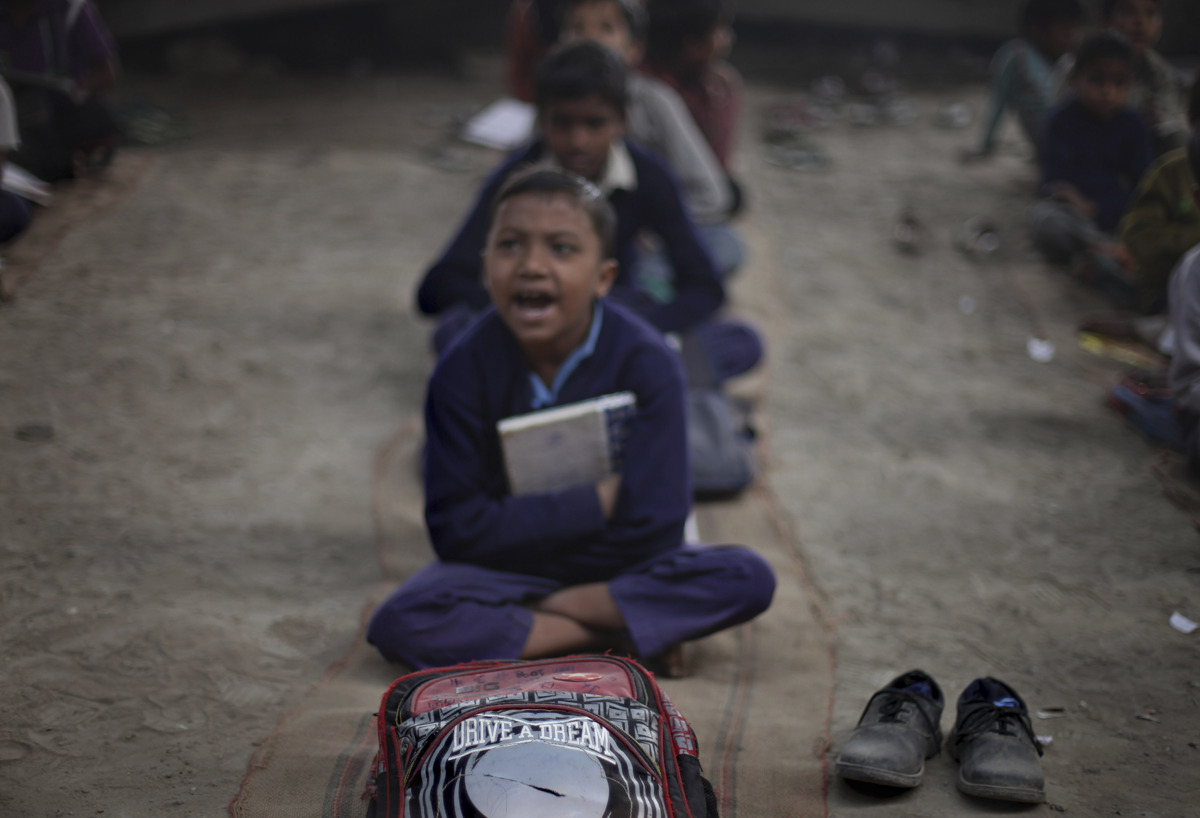 العــِلمُ نـُــــــــــور أطفال الفقراء فالهند يدرسون الميترو) slide_267330_1832922
