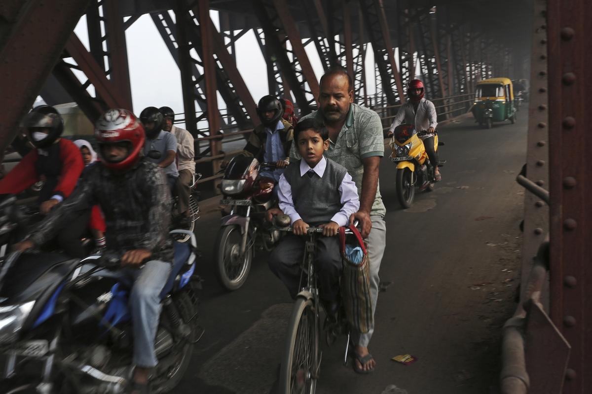 العــِلمُ نـُــــــــــور أطفال الفقراء فالهند يدرسون الميترو) slide_267330_1832924
