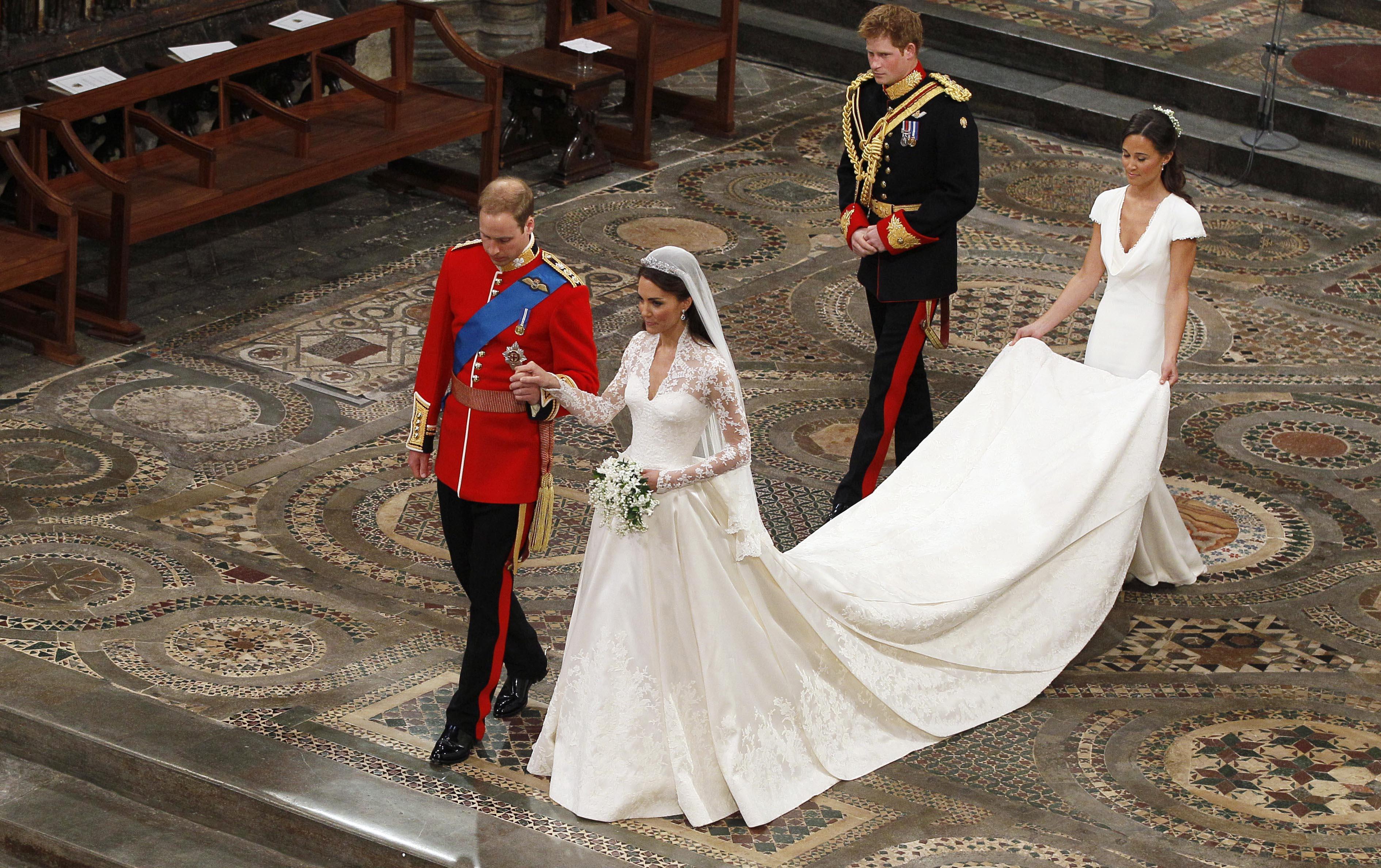 Фото необычных венчальных платьев под старину 6