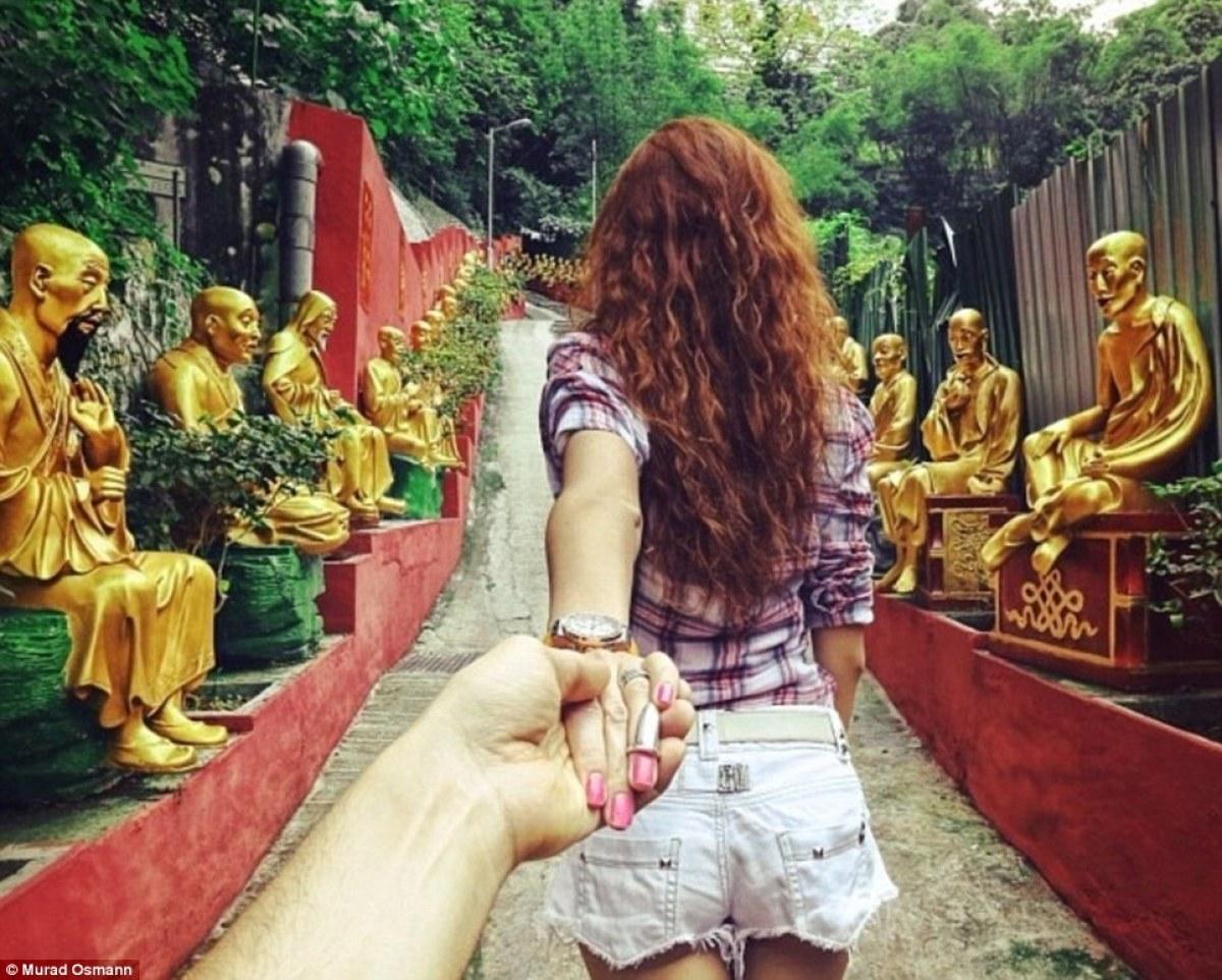 Спина девушки её держит парень за руку 9 фотография