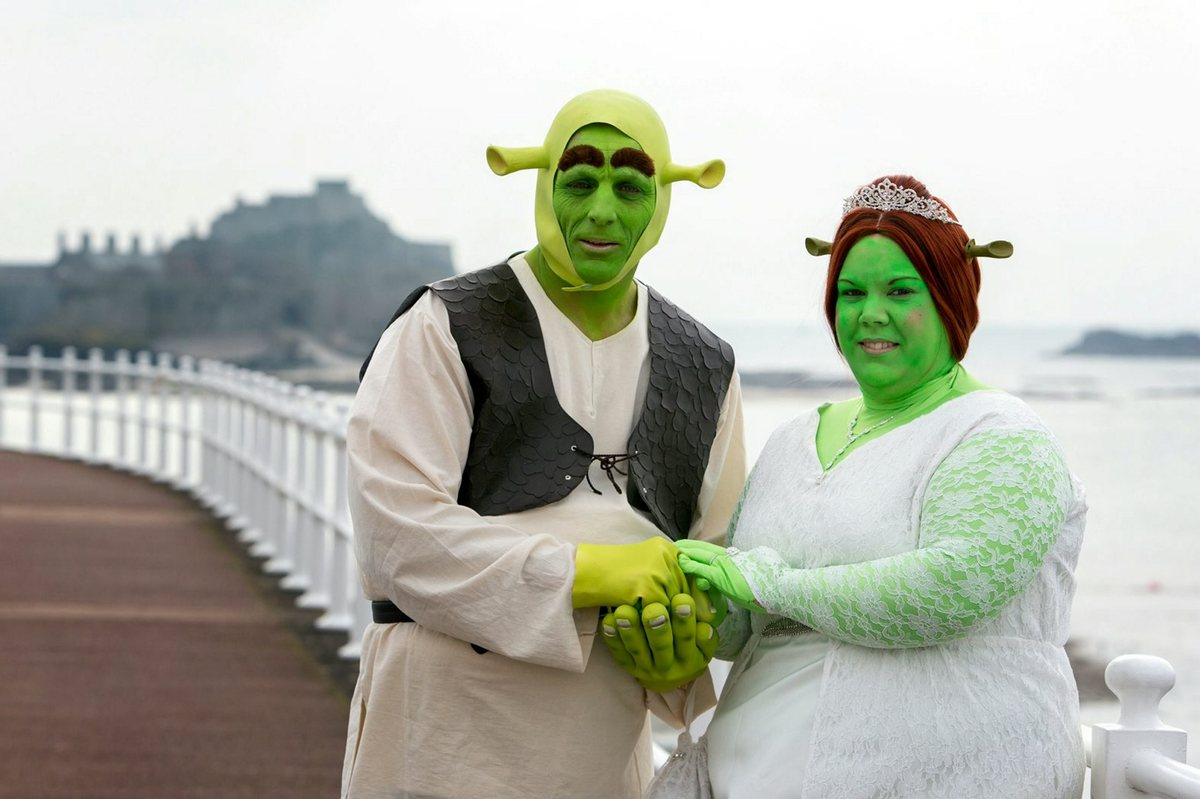 39 shrek 39 wedding couple dresses as princess fiona and shrek for their trip down the aisle huffpost. Black Bedroom Furniture Sets. Home Design Ideas