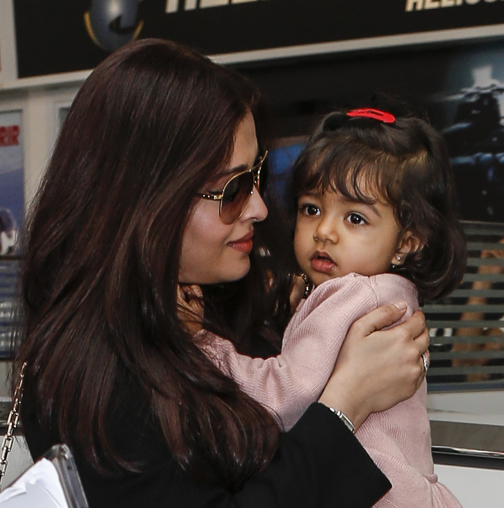 Aishwarya With Her Daughter Spotted At Nice Airport