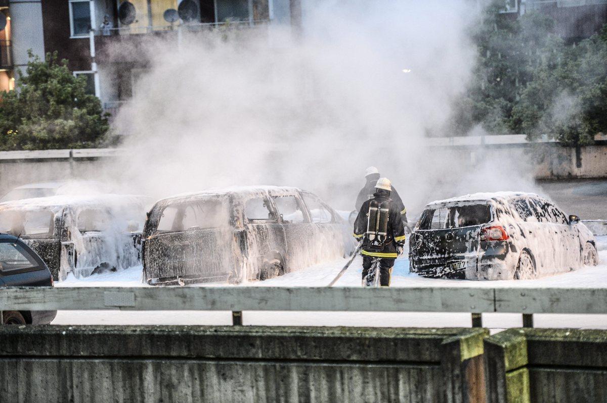 【速報】 スウェーデンがヤバイ 移民の若者が暴徒化、100台以上の車に放火 各地で破壊活動