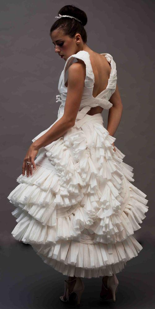 Vestidos de novia realizados con papel del water.