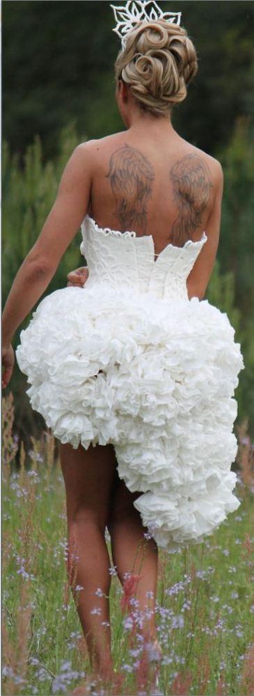 Novia de espaldas con su original vestido.