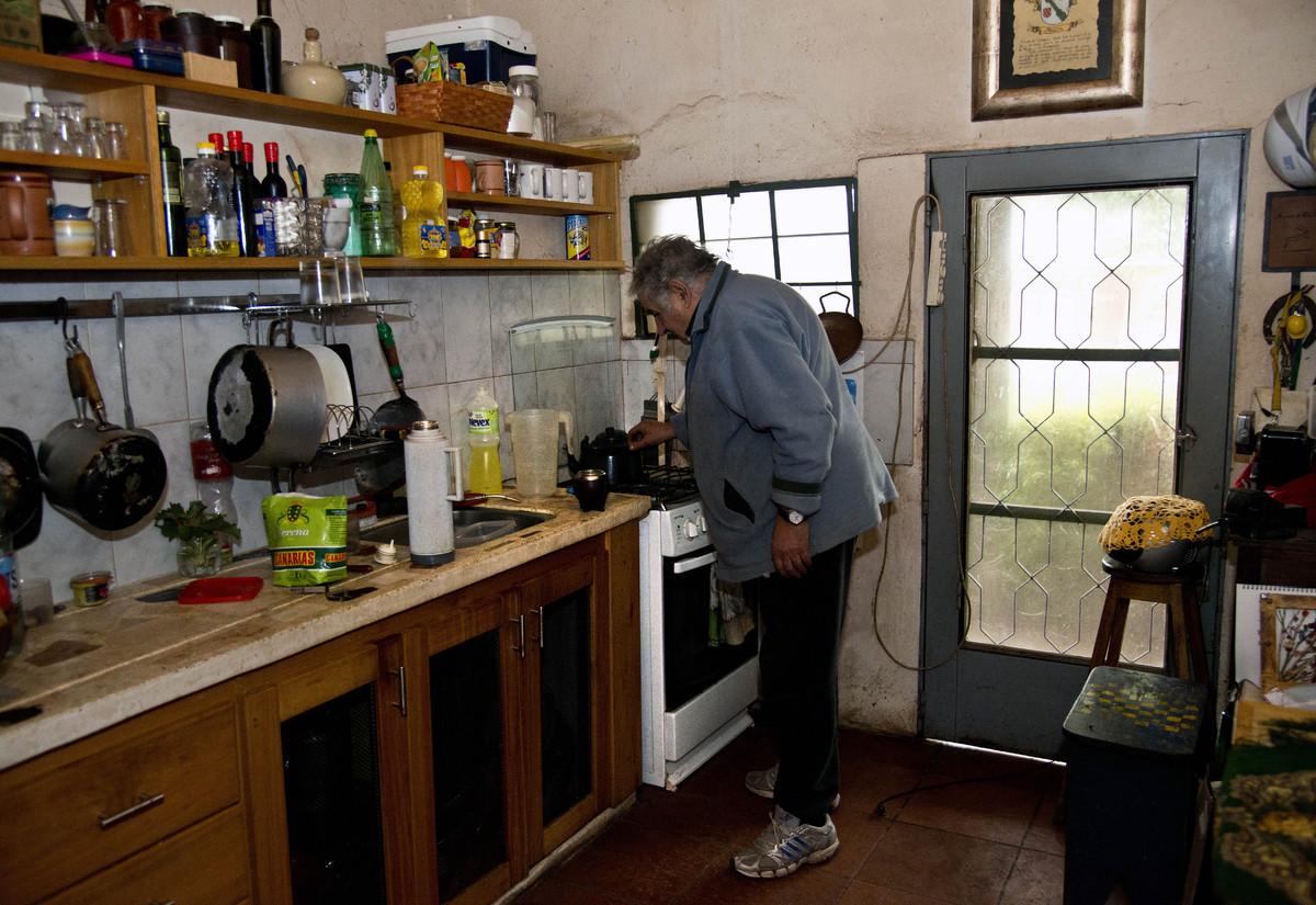 Jos mujica luz de la calle oscuridad de la casa fotos for Cocinas modernas uruguay