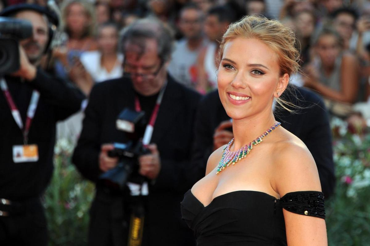 Scarlett johansson black dress
