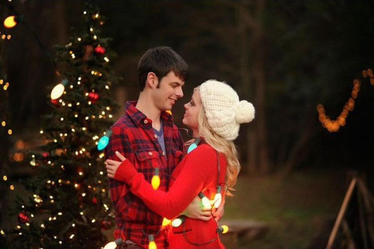 Holiday-Inspired Engagement Photos | HuffPost
