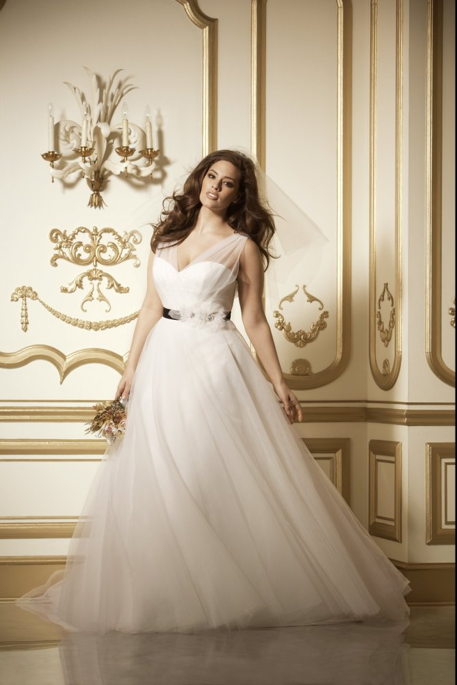 10 beautiful plus size wedding dresses you 39 ll love huffpost for Wedding dresses the knot