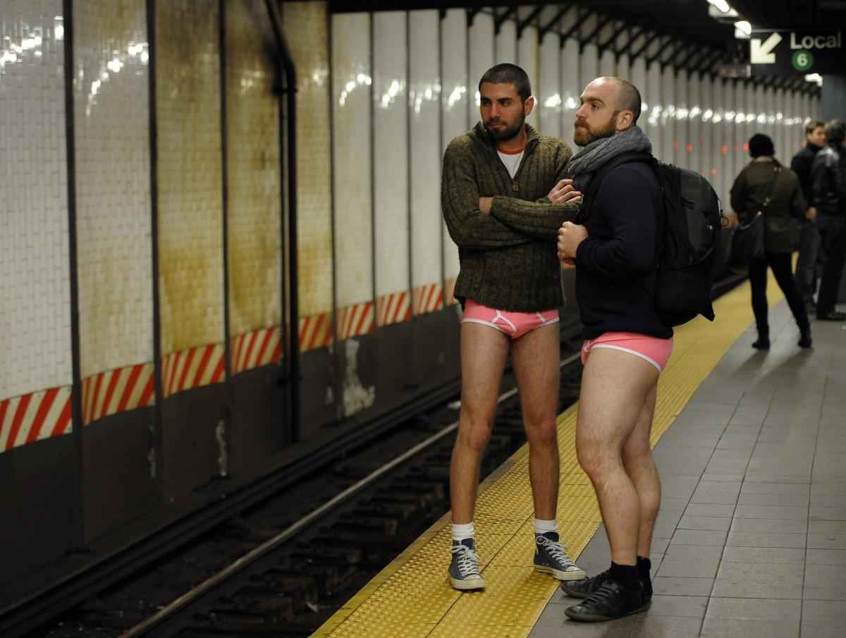 У парня встал в метро 1 фотография