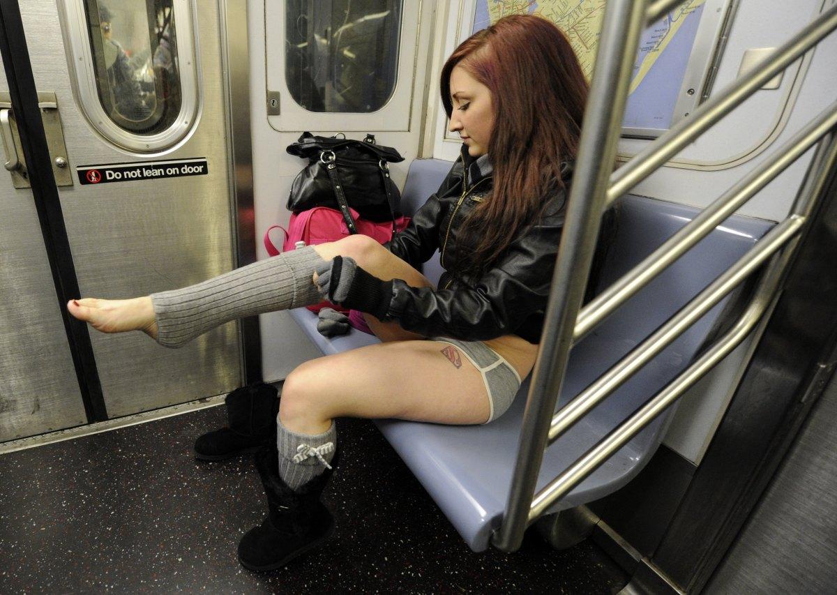 Фото девушек сидящих в метро 23 фотография