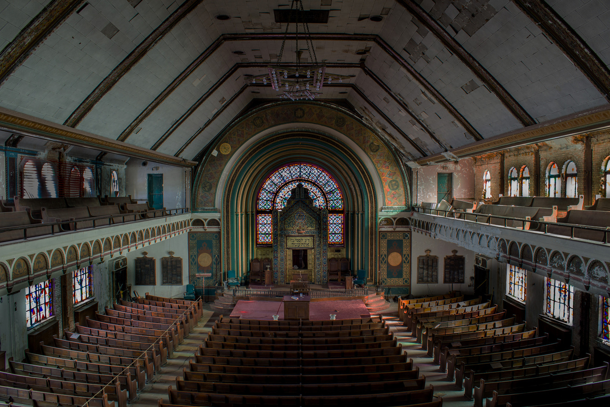This Abandoned Chicago Synagogue Is Hauntingly Stunning