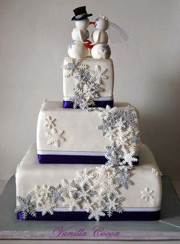 La plupart des gâteaux de mariage dhiver font dans le basique flocons de neige, glaçage bleu et beaucoup de brillant.