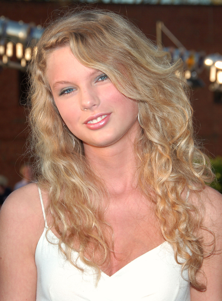 does taylor swift have 2c or 3a hair in these picture