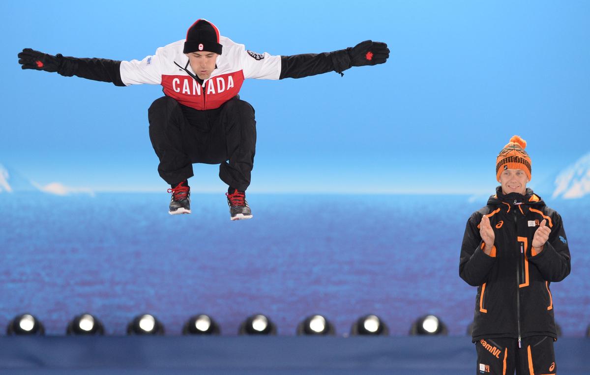 Un entraîneur canadien aide un skieur russe à terminer le téléchargement sur youtube