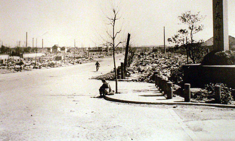【画像あり】東京大空襲の凄惨な写真を庭に埋めてGHQから守りぬいた男がいた