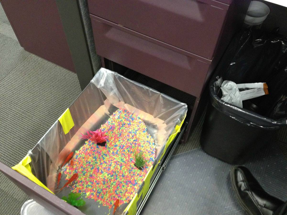 17 easy april fools 39 day pranks to play on your friends for Best office pictures