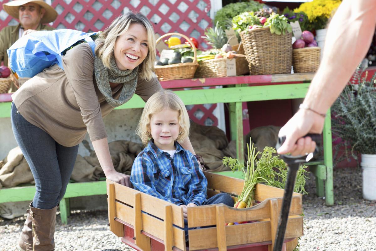 farmers market family