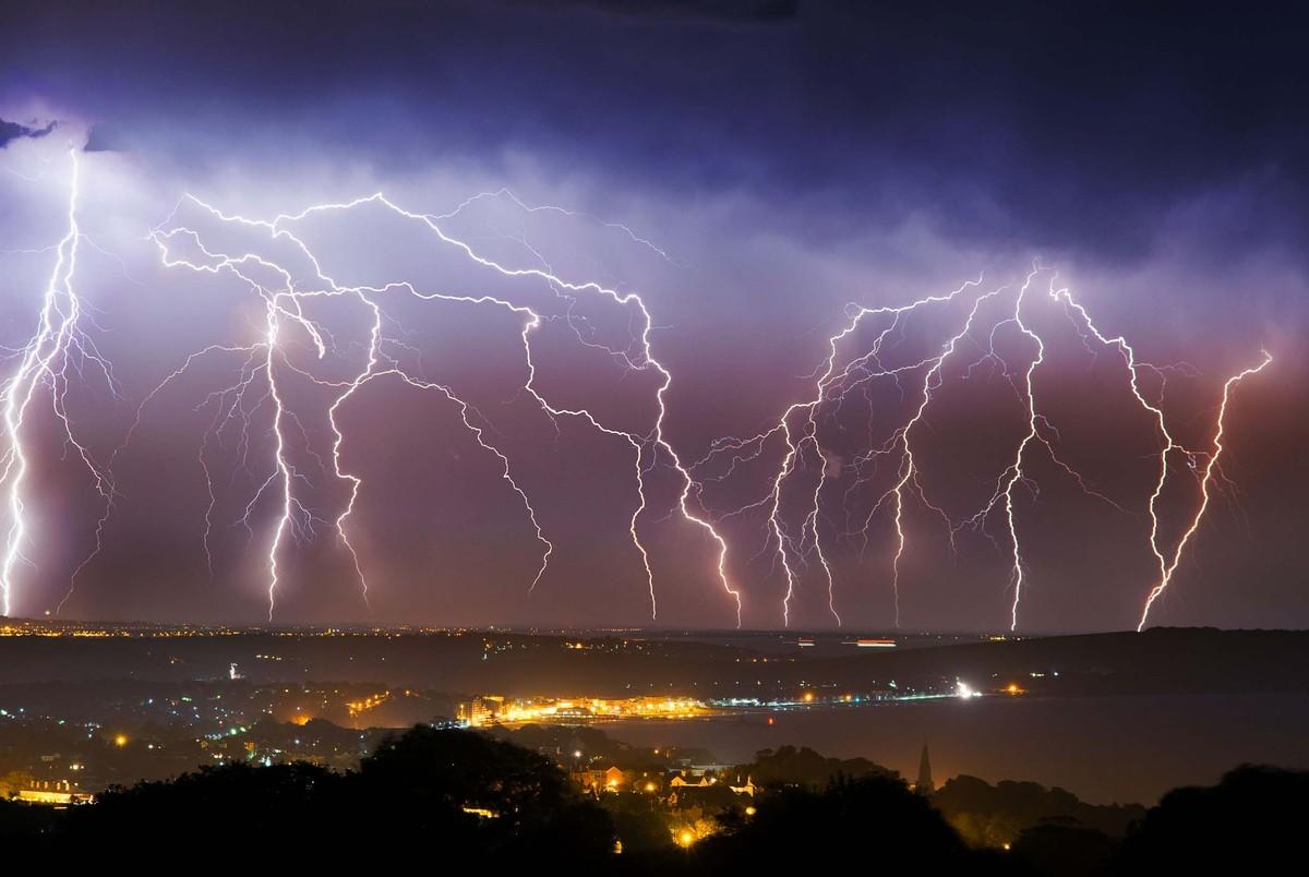 Thunder Amp Lightning Erupt Over Britain But Heatwave