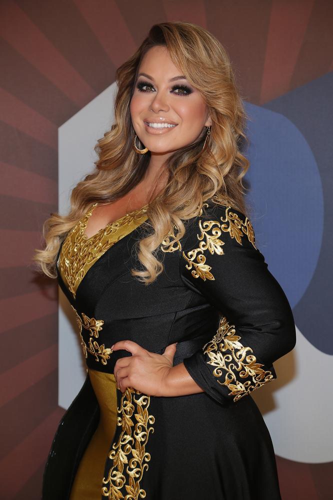 Mira a Chiquis Rivera cantando en Premios Juventud