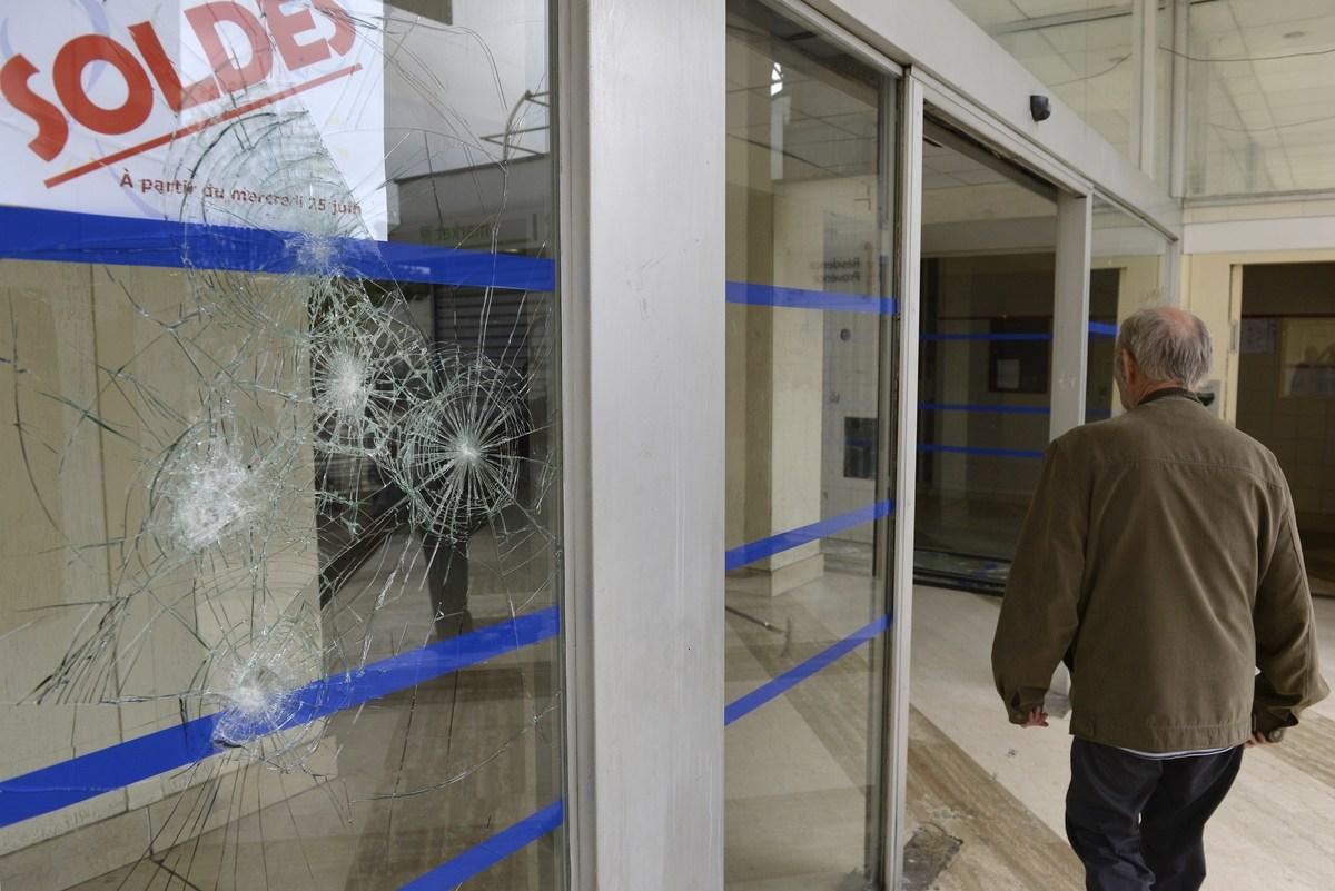 france 39 s jews flee as rioters burn paris shops attack synagogue huffpost uk. Black Bedroom Furniture Sets. Home Design Ideas