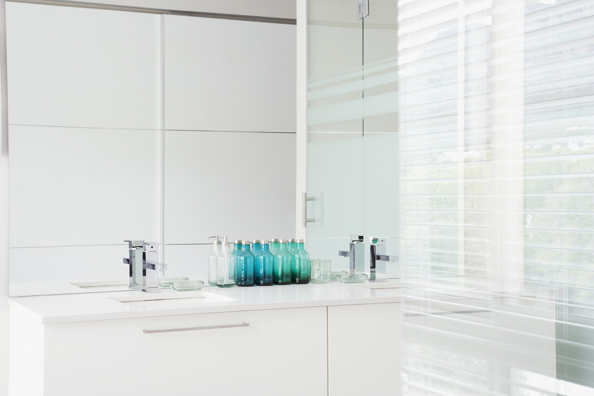 How to make a small bathroom look bigger using clever for Design ideas to make a small bathroom look bigger