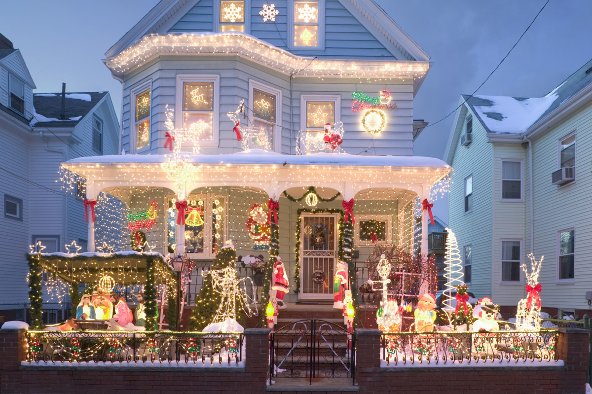 What is the main holiday decoration in most Mexican homes?