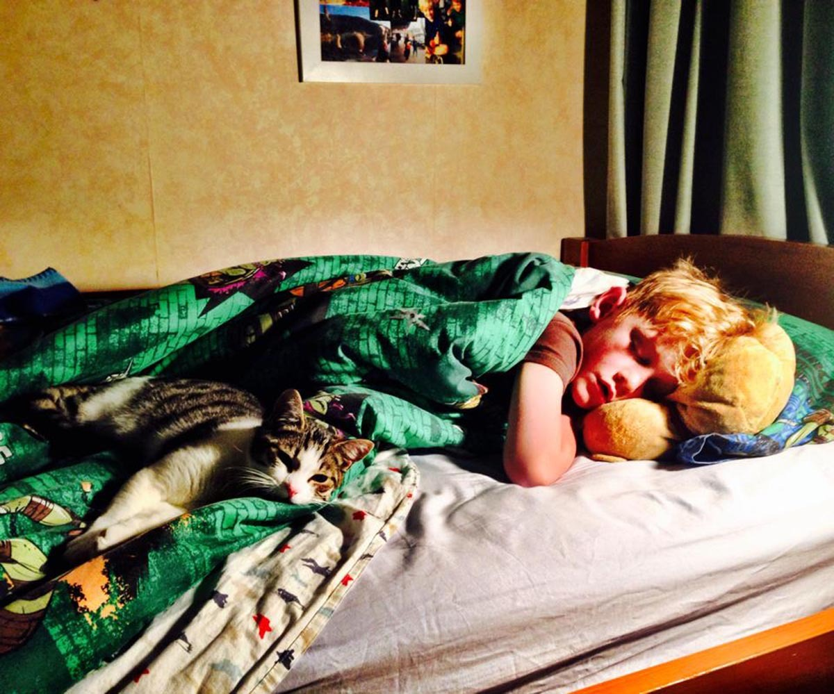 31 Photos That Show All The Adorable Love Kids Have For