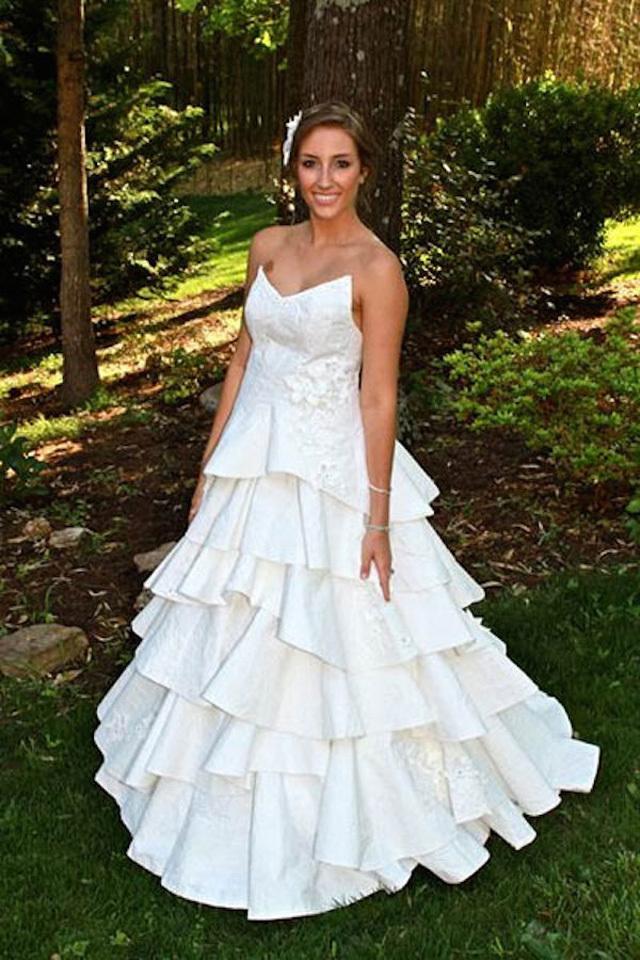 Vestidos de novia DIY diseños hechos con guantes, vasos y botellas de plásticos