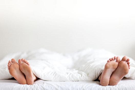 Risultati immagini per coppia nel letto disegno